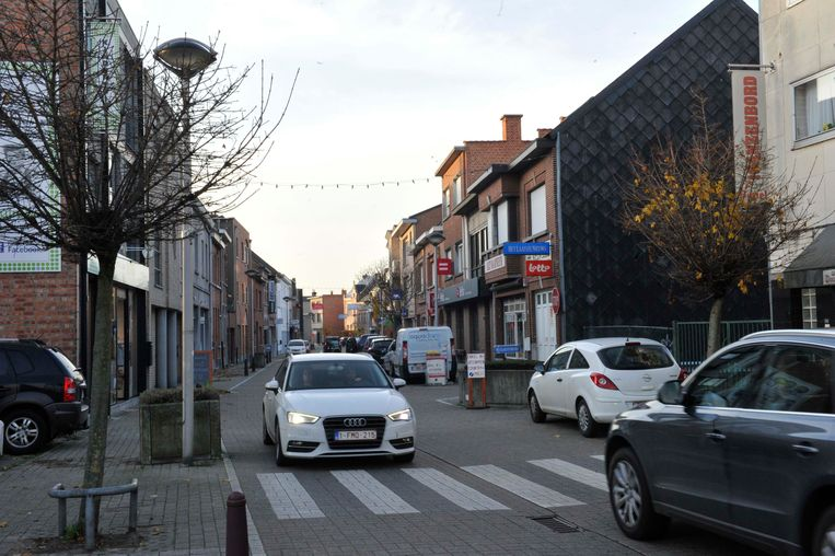 In de winkelstraat Mechelseweg is het altijd zoeken naar parkeerplaats.