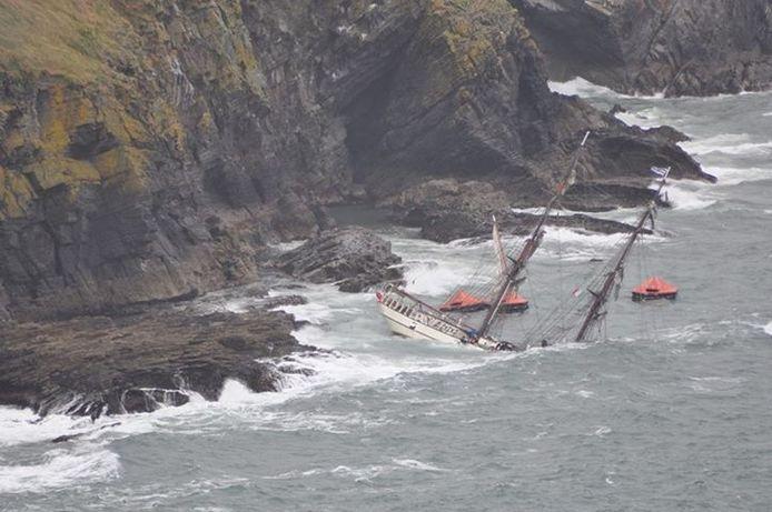 Het zinkende tall ship Astrid op de rotsen van de Sovereign Islands. archieffoto Kevin Kiely