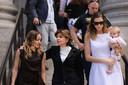 Attorney Gloria Allred (midden) verlaat de rechtbank. Links van haar Teala Davies en rechts een vrouw die graag anoniem blijft.