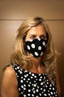 Simone van Duren met een van de mondmaskers uit de collectie van haar winkel.