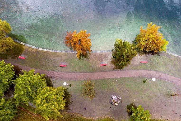 Veel regen in korte tijd heeft ervoor gezorgd dat het voetgangersgebied rond het Lago Maggiore in Locarno, Zwitserland onder een laag water staat. Vanuit een drone ziet dat eruit als een schilderij in pastelkleuren.  Beeld EPA