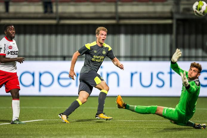 Nikolai Laursen zorgt voor de 1-2 voor Jong PSV in Helmond.