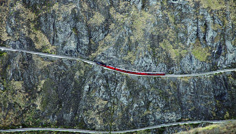 De rode Tren Crucero op het zigzag-traject om de steile bergwand te vermijden. Beeld Tren Ecuador