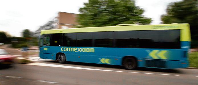 Een 12 meter lange oude bus van Connexxion wordt verbouwd tot rijdend buurthuis.