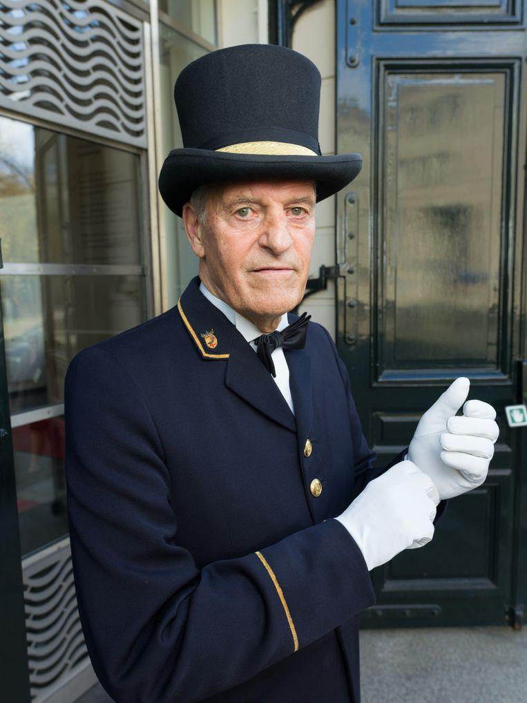 Ruub Petow in Den Haag in zijn antieke, op zolder van de Koninklijke Schouwburg gevonden blauwe jas. Beeld Ivo van der Bent