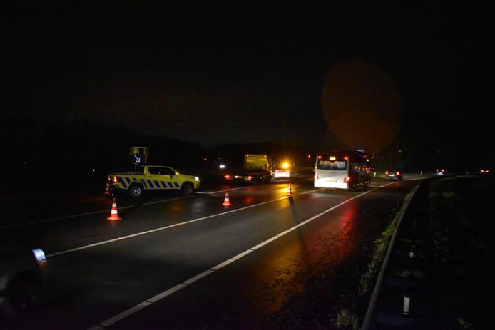 De A15 bij Ressen is dicht door het ongeluk.