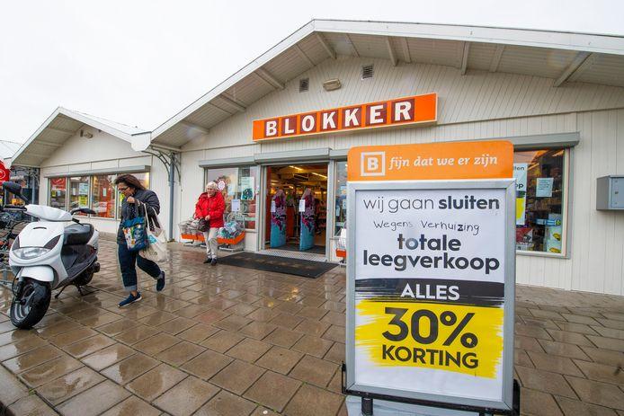 Klanten verlaten de Blokker met goedgevulde tassen. Niet zo verwonderlijk: er geldt een korting van dertig procent op alle artikelen.