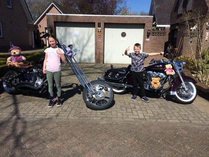 Amanda en Jayden Heeren steken hun duimen omhoog voor de actie van motorclub V Twin Bikers.