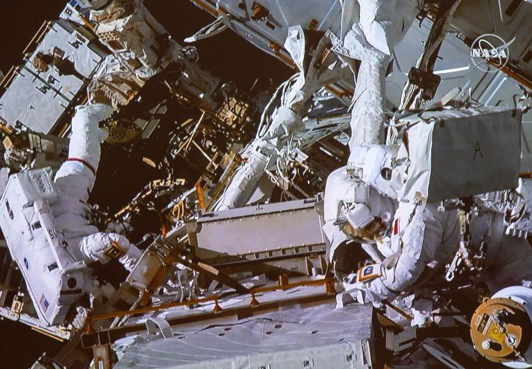 Canadese astronaut David Saint-Jacques, rechts, en NASA-astronaut Anne McClain tijdens een ruimtewandeling. Beeld AP