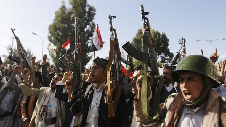 Houthirebellen demonstreren in de Yemenitische hoofdstad Sanaa tegen het wapenembargo dat de VN-Veiligheidsraad hun leiders heeft opgelegd.