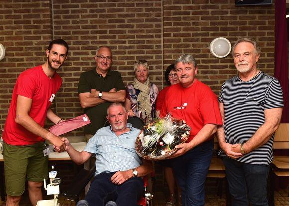 Herman kreeg een fles van het Rode Kruis en een biermand van voorzitter Patrick Decat