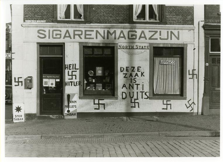 Met hakenkruizen bekladde winkel in Den Haag. Beeld Gemeentearchief Den haag