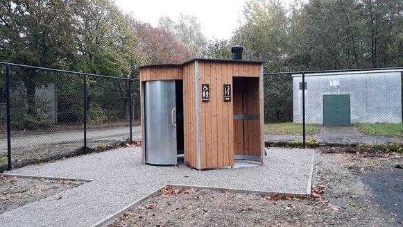 De stad plaatste een droogtoilet aan het speelbos.
