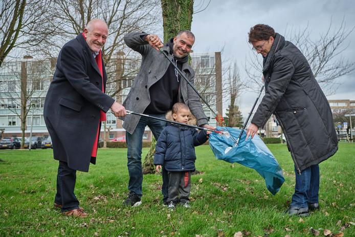 Initiatiefnemers Hans Versluijs, Abdelakil Benomar en Marjo Bazuin van Vlaardingen Schoon Challenge.