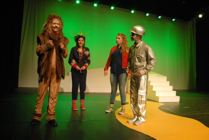 De 4 hoofdrolspelers in actie tijdens de eerste akte van de musical De WiZs