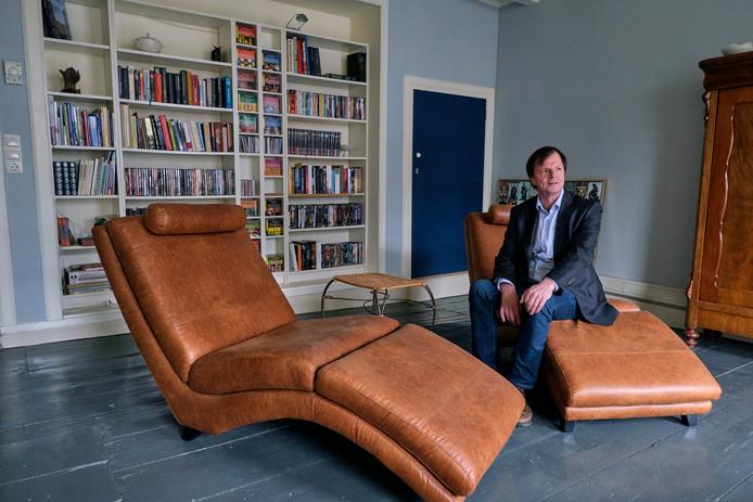 Arjan van Eck in een van de ruim zeven kamers in zijn woning aan het Steegoversloot.