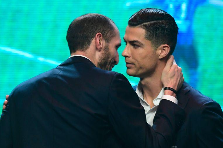 Chiellini gisteravond in een onderonsje met Ronaldo.