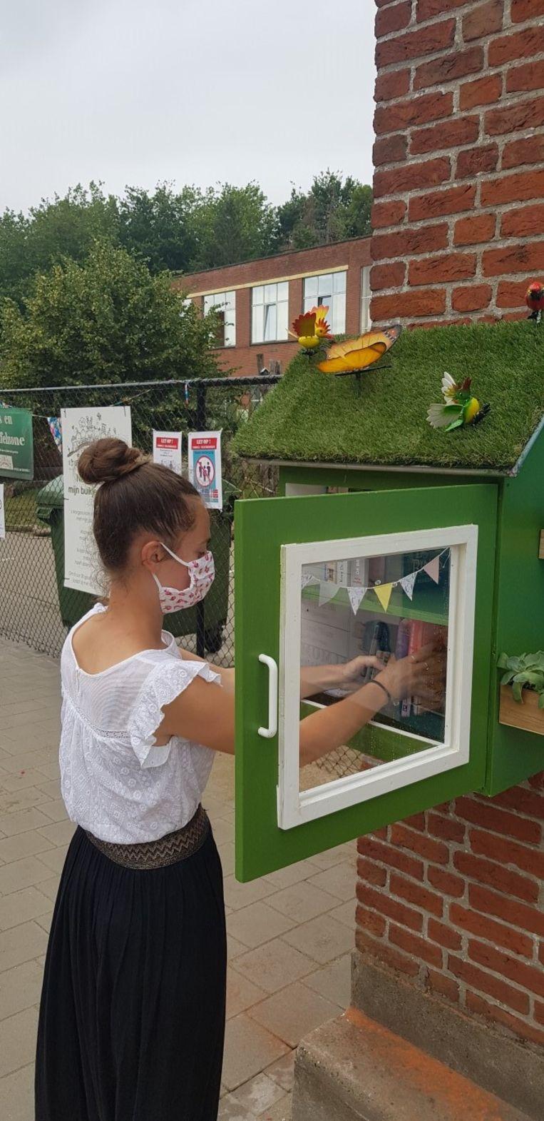 Het eerste boekenruilkastjes hangt aan de school in Kleit.
