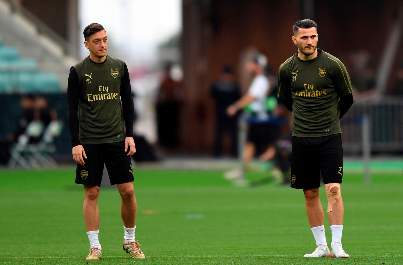Mesut Özil (links) en Sead Kolasinac