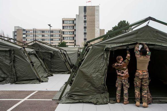 Het Franse leger bouwt een noodhospitaal naast het overbevolkte ziekenhuis in Mulhouse.