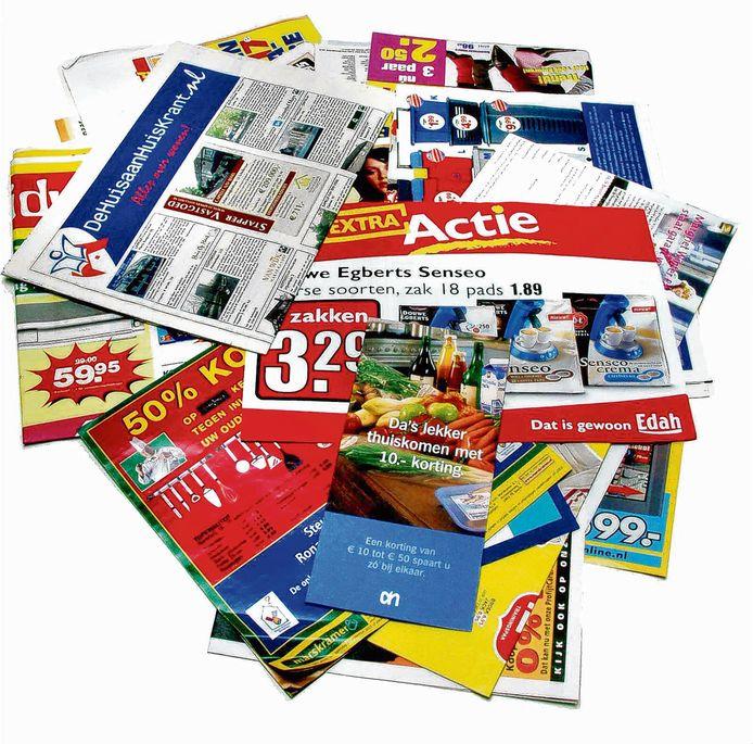 Een stapeltje reclamedrukwerk zoals dat in de brievenbus valt.
