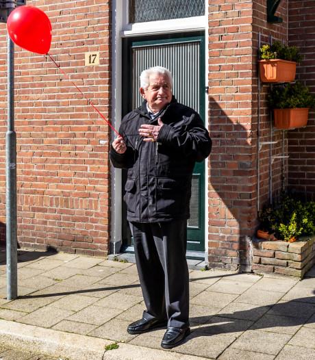 Soms zit het verhaal in één foto: Met een rode ballon en een hand op een huilend hart
