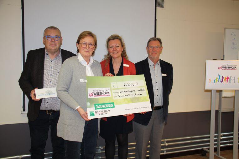 GO Scholengroep Westhoek geeft cheque van 2500 euro aan Fonds Aurore Ruyffelaere. Op de foto herken je Dirk Demeyer, Martine Fremaut en Maurits De Picker van het schoolbestuur samen met Isabelle Janssens van het Fonds