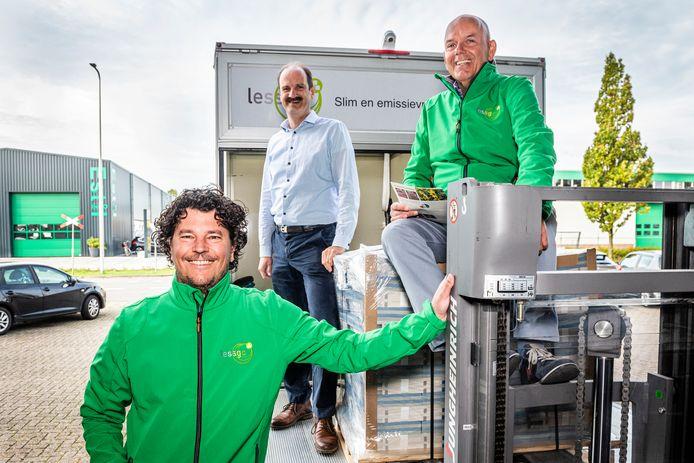 Iwan Blokker (l) en Hans Dullaart (r) van duurzaam transportbedrijf Lessgo en Herrejan Veenena van drukkerij Holland.