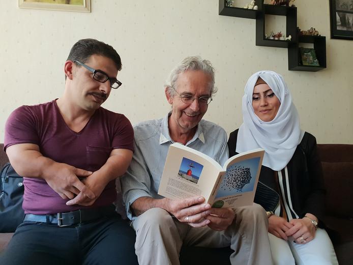 Henny Hoedemaker, samen met Jehad en Shafika van het Syrisch gezin dat hij beschrijft in zijn boek.
