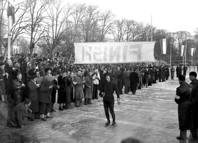 1954: Jeen van den Berg wint de Elfstedentocht.