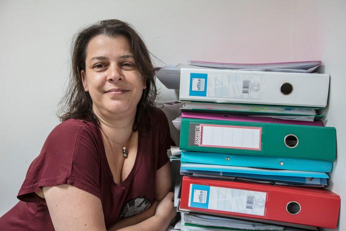 Marleen van der Vorst bij een deel van de dossiers over haar drie kinderen.