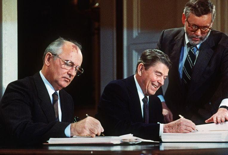 Sovjetleider Michail Gorbatsjov (links) en president Ronald Reagan tekenen het INF-kernwapenverdrag in 1987. Beeld AFP