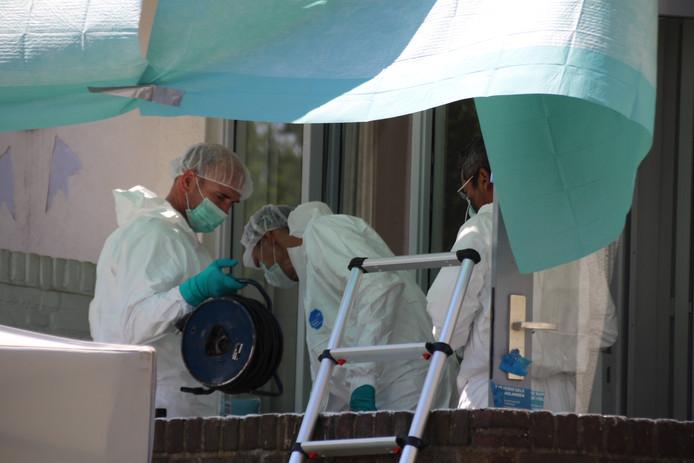 De Haagse politie doet opnieuw uitgebreid forensisch onderzoek in een woning aan de Erasmusweg, in verband met de dood van een 91-jarige vrouw.
