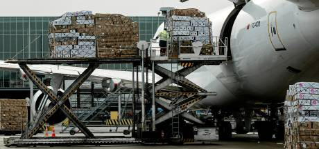 Werknemers op Schiphol gepakt na smokkel van 102 kilo cocaïne