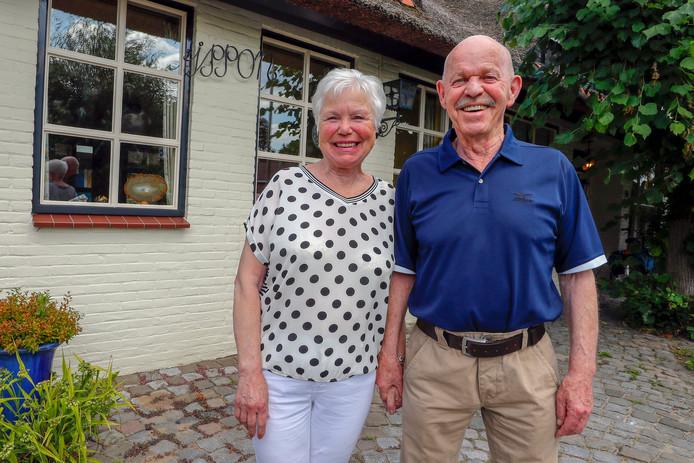 Arie en Jopie Wouters voor de woning met de tekst Ippon