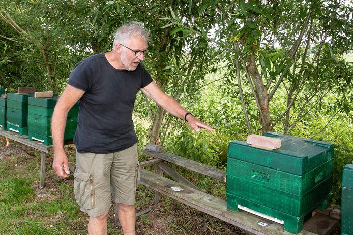 Ben Kogelman op de plaats waar de gestolen bijenkasten stonden. Hij mist 250.000 bijen.