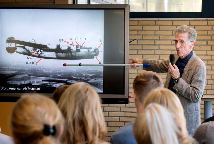 Robert Baumgardner vertelt de leerlingen van KSE over zijn oom die in een bommenwerper deelnam aan de slag om Arnhem.