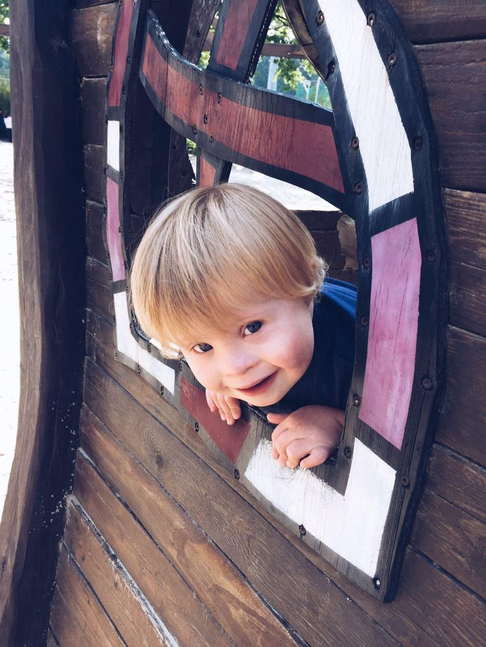 De 4-jarige Lenne heeft het syndroom van Down. Zijn vader Stijn reageert boos in een open brief op Facebook nadat een geneticus gezegd heeft dat mensen met het syndroom van Down de samenleving veel geld kosten.