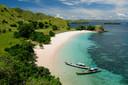 Het strand bij het Nationale park op Komodo, Indonesië