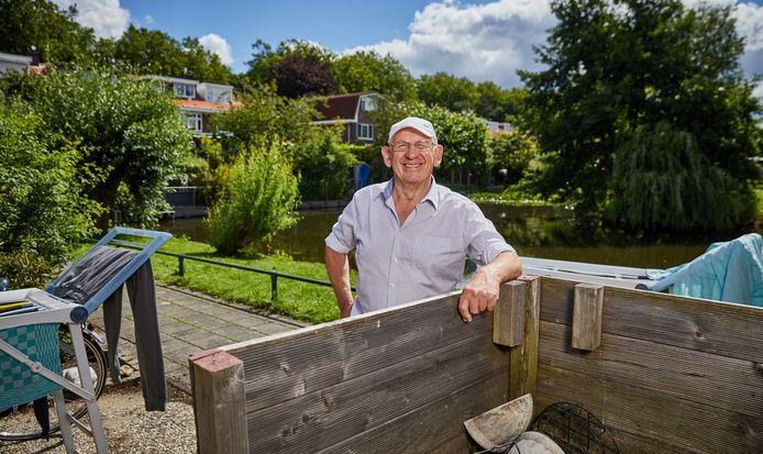 Jan de Lange in zijn achtertuin in Hillegersberg. Hij is net 83 jaar geworden.