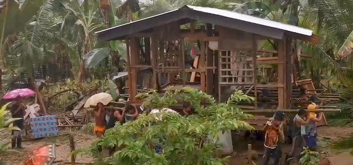 """Ce genre de """"déménagement"""" est en fait une pratique traditionnelle et représentative d'un esprit de solidarité aux Philippines"""