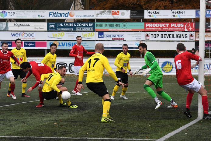 Beeld uit de thuiswedstrijd van JVC Cuijk tegen UNA. Geen van de drie betrokken voetballers staat op de foto.