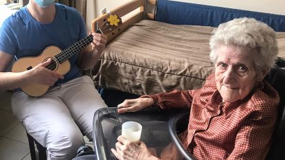 Ergotherapeute speelt muziek op ukelele voor rusthuisbewoners