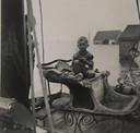 Bert Hendrikse als klein jochie op de arrenslee vlak voor de slee met een boot naar Veere wordt vervoerd