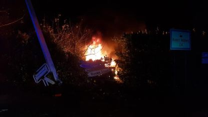 Automobilist slaat op de vlucht en crasht in voortuin: auto uitgebrand en bestuurder gearresteerd