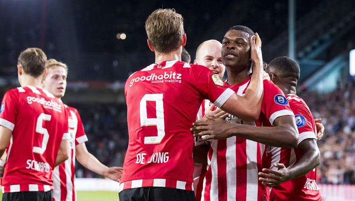 Denzel Dumfries juicht na zijn goal bij zijn debuut, de 4-0 voor PSV.