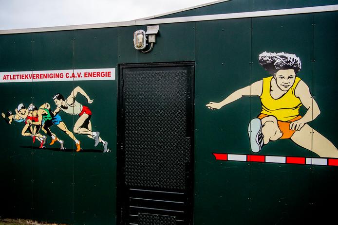 Een exterieur van Atletiekvereniging C.A.V. Energie uit Barendrecht. Het is een van de clubs waar een Rotterdamse atletiektrainer jarenlang meisjes misbruikte.