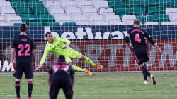 Real pakt tegen strijdvaardig Betis eerste driepunter van het seizoen, Courtois pakt uit met straffe redding