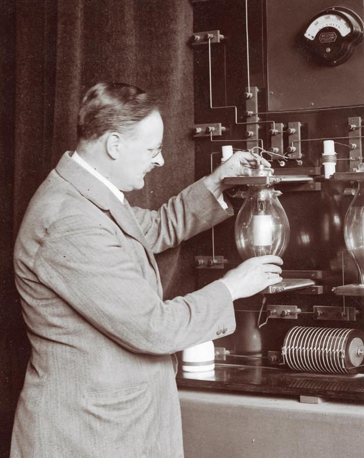 Ingenieur Hanso Idzerda aan het werk in zijn studio aan de Beukstraat.