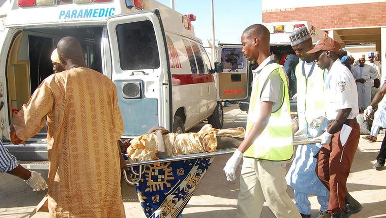Hulpverleners brengen een slachtoffer van een zelfmoordaanslag naar het ziekenhuis. Beeld AP